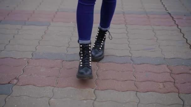 štíhlé ženské nohy jsou šlápne na vydláždit cestu v městě ulici v podzimní den, detailní zobrazení