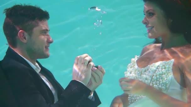 férfi öltöny házasság javaslatot tesz a barátnőjét, víz alatt. hogy a Karikagyűrű