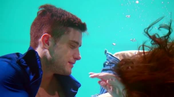 Jung und sexy Paar in der Liebe. Schönen Burschen und Mädchen umarmt. Sinnlichen und leidenschaftlichen paar unter Wasser