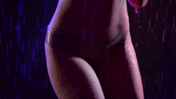 Kunst Mode video-Aufnahmen eines jungen Mädchens mit tollen Körper posiert nackt nass