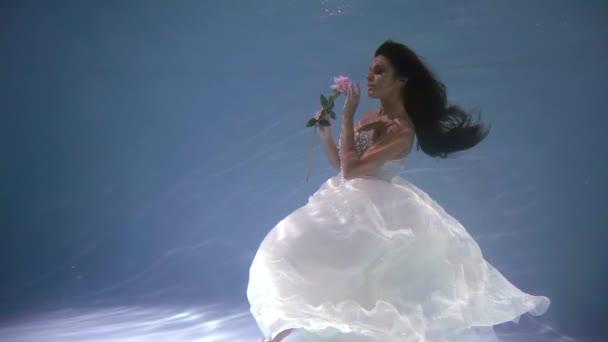 általános terv. aranyos menyasszony egy esküvői ruha, víz alatt, mint a mesében, az orchidea virág