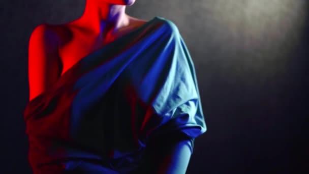 křehká a půvabná žena stojí v tmavých studio close-up krásná nahá ramena