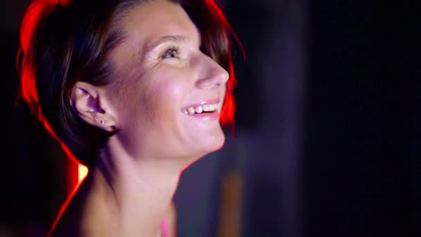 Detailní portrét okouzlující veselá žena usměvavá, krásný úsměv