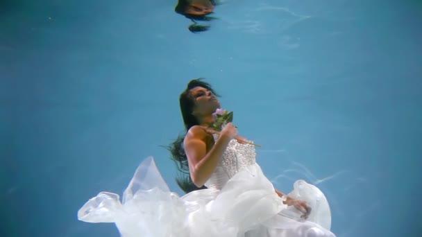 Encantado Soñar Mujer Vestida Con Vestido Blanco Se Mantienen A Flote En Aguas De Piscina