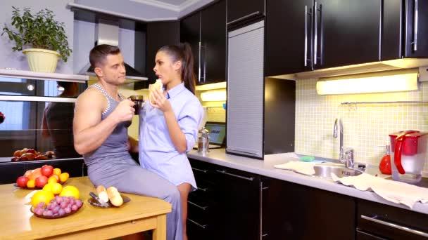 mladý muž a žena mají snídani v kuchyni, pít čaj, poraďte
