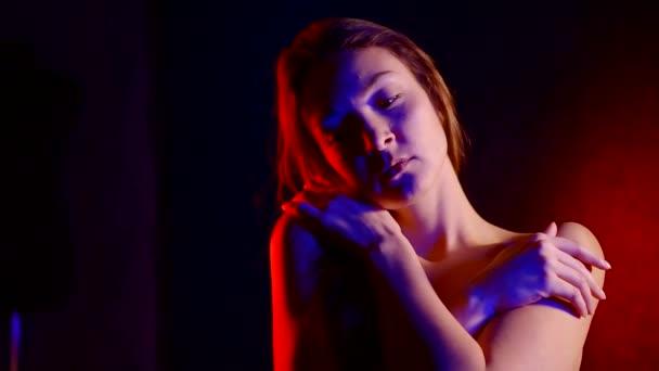 portréja egy nő mentális zavar egy sötét szobában fény neon világít. meztelen szomorú lány