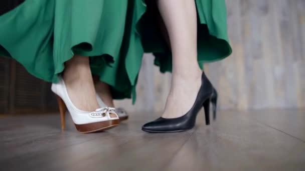zwei Paar Damen Füsse in Heels, grüne Kleider Nahaufnahme tanzen