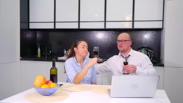 milující ženatý muž a žena sedí na kuchyň a vesele chatovat, držení sklenice na víno