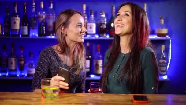 Mladé dívky baví noc v klubu.