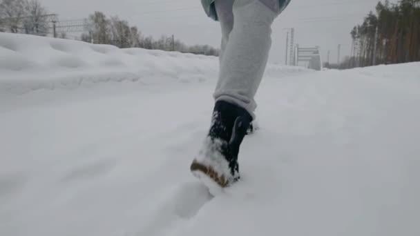 Nohy ženy v zimních botách, v lese, hodně sněhu v přírodě