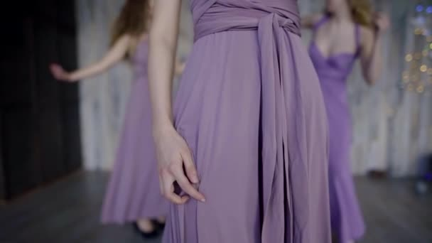 Három gyönyörű lány, lila ruha, tánc, bulizás, leánybúcsú, boldog koszorúslányok.
