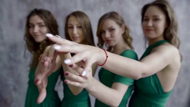 Čtyři krásné okouzlující mladých dívek, které představují vnitřní, Rozlučka, přátelé nevěsty v zelené elegantní šaty