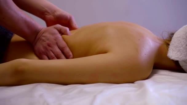Detail masáž terapeut dělá masáž zad mladá žena s masáž zad v lázních
