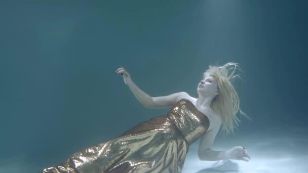 felnőtt szőke nő nyomja magát alsó és úszómedence lebeg fel
