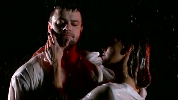 Junge romantische Paar in Liebe Flirten im Regen, auf schwarzem Hintergrund