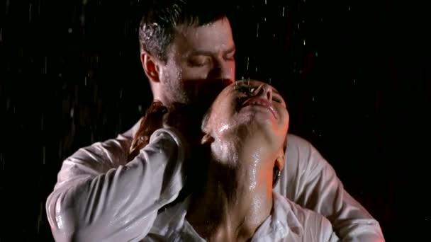 Leidenschaftliche sexy junges Paar im Regen in den dunklen umarmt und Sex Spiele