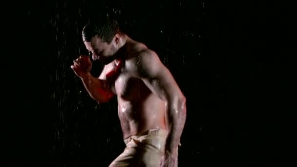 boldog ember, meztelen felsőtestét ugró alá eső éjszaka, mosolygó és örvénylő, víz van csepegés