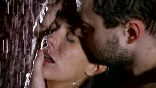 Detail ženy těší dotýká a polibky na její mokré tělo za deště, muž jemně dojemné rty.