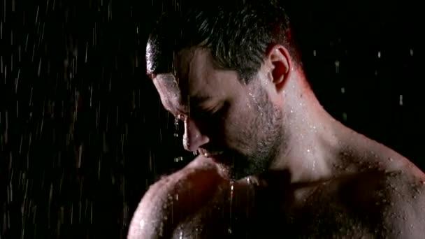 Sport sportovní chlap pózuje nahá mokré ve studiu.