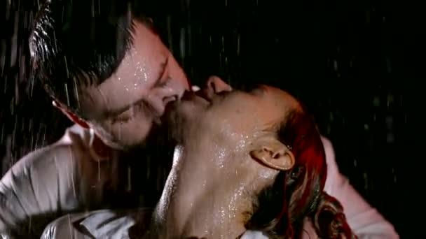 Detail portrét sexy pár líbání v dešti.