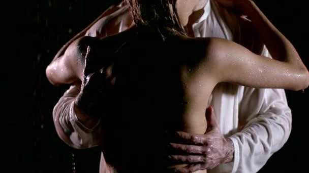 Schuss von hinten von einem Kerl umarmt schönen Körper seiner nackten Frau.