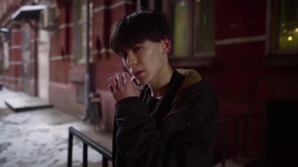 portrét dospívající kouření asijských cigaret v odpoledních hodinách na ulici. špatný vliv prostředí na psychiku křehké dospívající