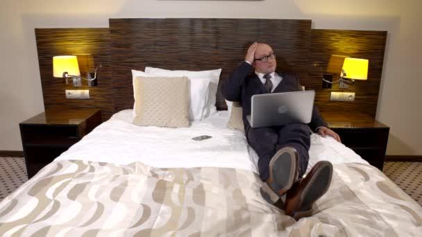 Seriózní člověk, pobyt v hotelu na služební cestě.