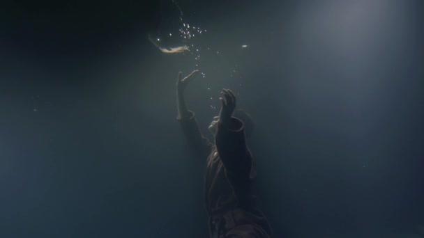 Az ember álmodik. Férfi úszó víz alatti, és nézi a tükörképét, a víz felszínén, szép álom.