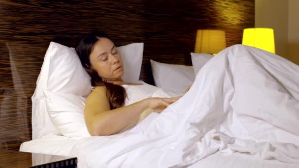 Schönen nächtlichen Routine: Frau liest ein Buch vor dem Einschlafen.
