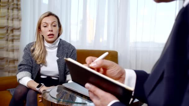 depressive blonde Frau hat einen Termin beim Psychiater, spricht aus.