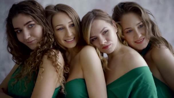 čtyři roztomilé mladé dívky v zelené večerní šaty dohromady na firemní večírek