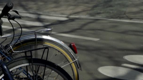 Das Fahrrad befindet sich auf einer asphaltierten Straße. Hinterrad in Nahaufnahme.