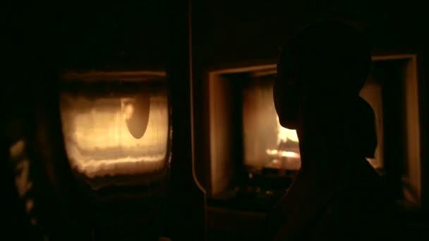 Ve tmě si zapálil oheň a silueta dívka s culíkem na její hlavu. Ona vede Tibetská praxe, dělá masáž zvukové vibrace, klepání tamburína na zrcadlo.