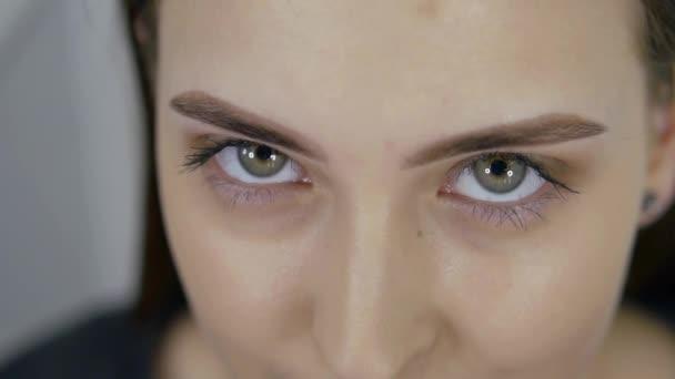 Closeup portréja szépség szeme fiatal szép nő mosolyogva nézi kamera. szem Womans arc, gyönyörű nő, lány, női portré, modell, lány, szemek. Festett szemöldökét