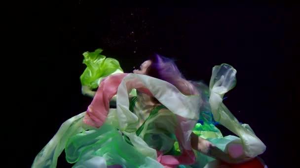lány, kék hajú Tündér ruha víz alatti úszik, mint egy mese