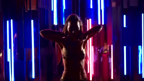 verführerisch sexy traditionelle orientalische Bauchtänzerin Mädchen, das in Neonlicht tanzt. eine Frau in einem exotischen Kostüm bewegt ihren schlanken Körper sexuell.