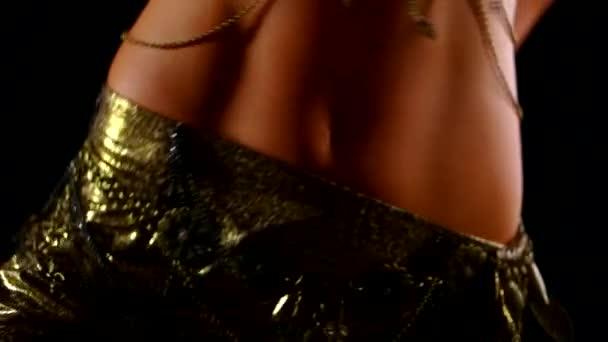 Oberkörper schöne schlanke junge Araberin, die orientalischen Bauchtanz tanzt. Zeitlupe