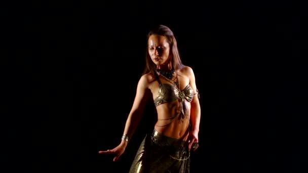 Tänzer schwarzer Hintergrund Bauchtanz. schöne Bauchtänzerin, die ethnische Tänze in sexy traditioneller Kleidung tanzt