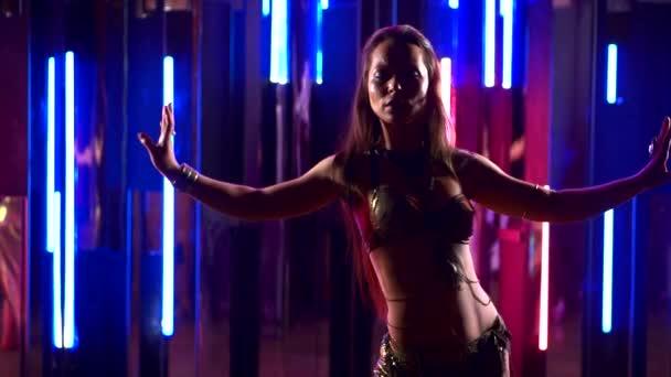 Tänzerinnen tanzen orientalischen Bauchtanz, arabischen Tanz, tanzende junge Mädchen in Neonlicht