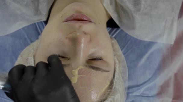 Innovatív kozmetikai technológiák. Nő, amelynek mezoterápia eljárás egy szépségszalon. Ráncok eltávolítása és villám a bőrt.