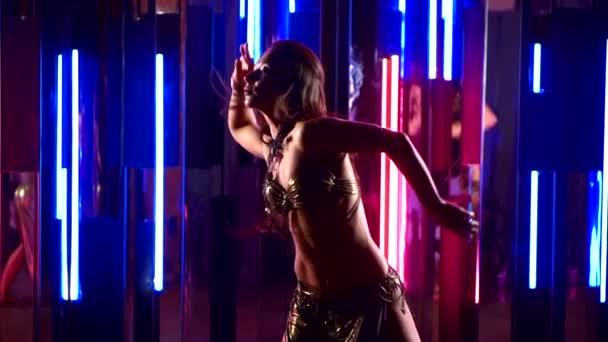 schöne traditionelle orientalische Bauchtänzerin. orientalisches Mädchen tanzt im Neonlicht