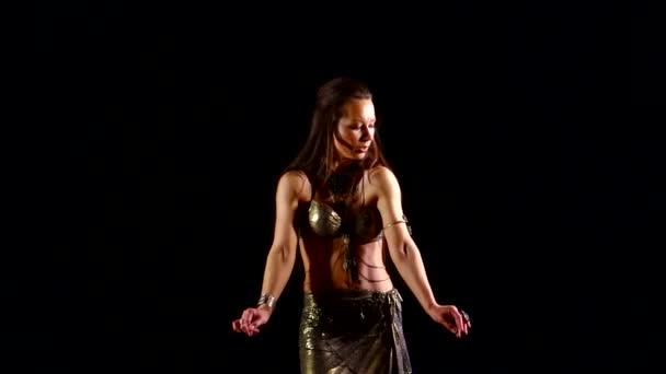 junges schönes Mädchen europäischen Aussehens, das im Dunkeln orientalischen Tanz tanzt
