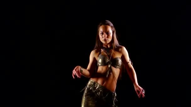 sexy Dame tanzt Bauchtanz vor schwarzem Hintergrund