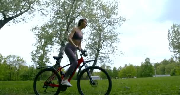 malá cyklistka jezdí v létě na kole na venkově