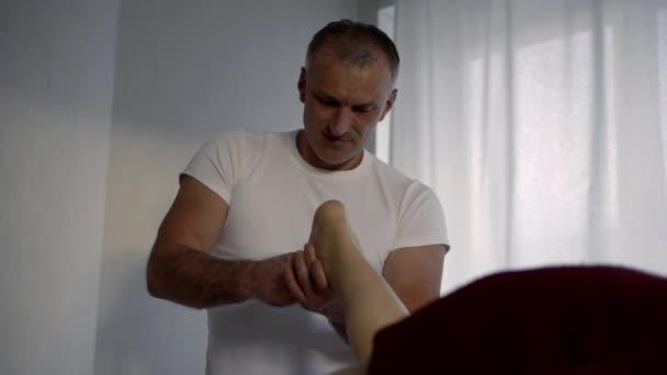 chiropraktiker massiert Fuß des Patienten im Zimmer der Massage-Salon in der Klinik