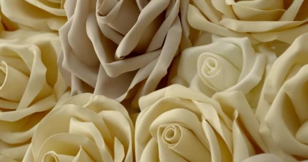 sok mesterséges Rózsa van hazudó asztal, részlet kilátás, mozgó szemcsésedik
