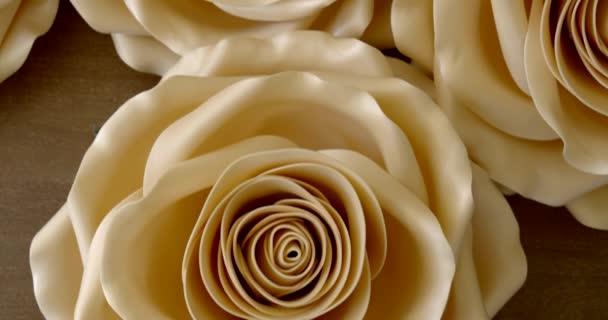 umělé Bílé květiny leží na stole připravené k svatbě