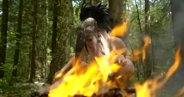 jasně oranžový oheň proti mystické dámě s maskou na hlavě