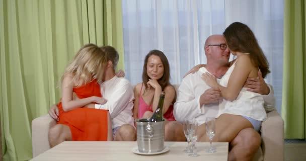 ein Mädchen ist langweilig allein sitzen auf der Couch zwischen zwei küssenpaare auf Party