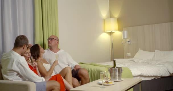 Männer lassen ihre Frauen zusammen im Bett gehen, Freiheit sexuelle Beziehung